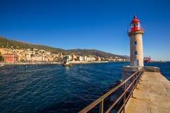 Faro en el puerto de Bastia con la catedral de Juan Babtistes imágenes de archivo libres de regalías