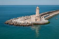 Faro en el puerto de Livorno Italia fotografía de archivo