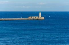 Faro en el puerto magnífico, La Valeta, Malta Imagenes de archivo