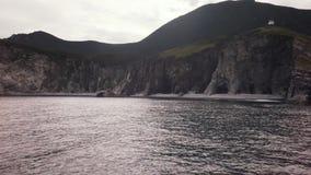 Faro en la bahía de Russkaya en la parte al sudoeste del golfo de Avacha del vídeo de la cantidad de la acción del Océano Pacífic almacen de video