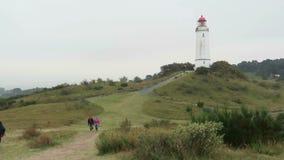 Faro en la colina de Dornbusch en la isla de Hiddensee en Alemania metrajes