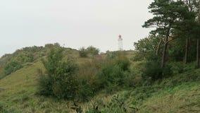 Faro en la colina de Dornbusch en la isla de Hiddensee en Alemania Autumn Time almacen de video