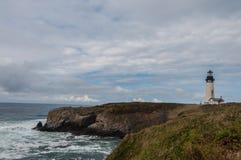 Faro en la costa costa rocosa Imagenes de archivo