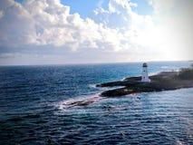Faro en la isla del paraíso imagenes de archivo