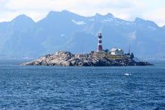Faro en la pequeña isla rocosa fotos de archivo