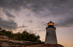 Faro en la puesta del sol durante una tarde tranquila del verano en Bristol, Maine del punto de Pemaquid imagen de archivo libre de regalías