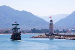 Faro en puerto y nave Fotos de archivo