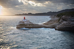 Faro en rocas sobre el mar Fotografía de archivo libre de regalías