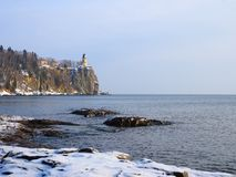 Faro en superior de lago en invierno Imagen de archivo libre de regalías