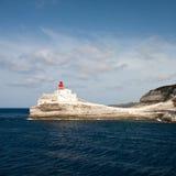 Faro en un acantilado blanco Fotos de archivo libres de regalías