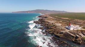 Faro en un acantilado cerca de Océano Atlántico, Sintra, opinión aérea de Portugal almacen de video