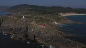 Faro en un acantilado en el fondo de la opinión superior del océano metrajes