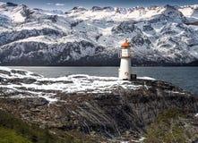 Faro en un fiordo en Noruega foto de archivo