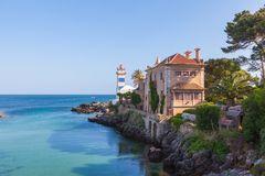 Faro en una costa costa idílica Foto de archivo libre de regalías