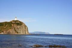 Faro en una roca imagenes de archivo