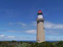 Faro enfrente de un cielo azul Fotos de archivo