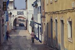 Faro gator i Algarve, Portugal Royaltyfri Foto