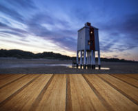 Faro hermoso del zanco de la salida del sol del paisaje en la playa con el woode Fotografía de archivo libre de regalías