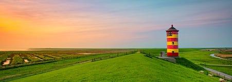 Faro hermoso en la costa del este del Frisian Imágenes de archivo libres de regalías