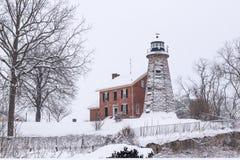 Faro histórico en el río de Genesee después de la tormenta de la nieve del invierno Fotos de archivo