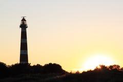 Faro holandés Bornrif en las dunas de Ameland en la puesta del sol Fotos de archivo libres de regalías