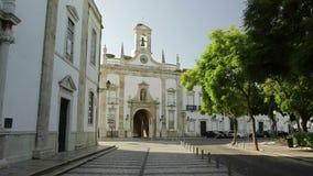 Faro il Portogallo 2017 24 ottobre: Entrata alla vecchia città di Faro, turisti della villa di Arco da sulle escursioni video d archivio