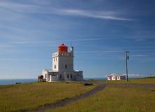 Faro in Islanda sull'alta banca dell'oceano Fotografia Stock Libera da Diritti