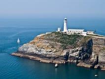 Faro litoraneo di vista del mare del percorso di Anglesea Galles fotografia stock