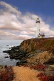 Faro a lo largo de la costa Fotos de archivo libres de regalías