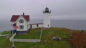 Faro Maine Coastal Marine Light de la isla de la protuberancia pequeña de Neddick del cabo almacen de metraje de vídeo