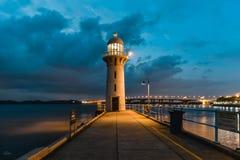 Faro moderno con cielo blu nell'ora del blu di tramonto immagini stock libere da diritti
