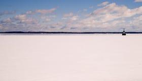 Faro náutico sólido congelado del cielo de azules claros del lago Michigan Fotos de archivo libres de regalías