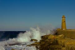 Faro nel mare infuriantesi, Girne, Cipro fotografia stock libera da diritti