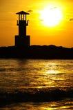 Faro e mare nel tramonto, Tailandia Immagine Stock