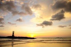 Faro e nuvole nel tramonto Immagine Stock