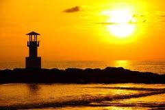 Faro e mare nel tramonto, Tailandia Fotografie Stock