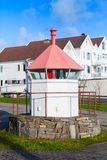 Faro norvegese costiero, torre bianca immagini stock