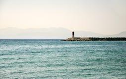 Faro pacífico en costa egea imagenes de archivo