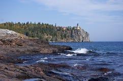 Faro partido de la roca Imágenes de archivo libres de regalías