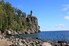 Faro partido de la roca foto de archivo libre de regalías