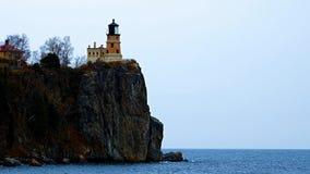 Faro partido de la roca en la orilla del norte del lago Superior cerca de Duluth y de dos puertos, Minnesota almacen de metraje de vídeo