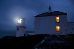 Faro por noche Foto de archivo libre de regalías