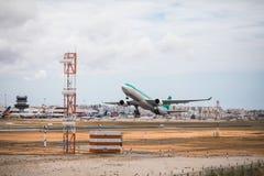 Faro Portugal - Juli, 2018: Trafikflygplanet från Aer Lingus tar av från Faro den internationella flygplatsen FAO under dag arkivbild
