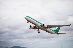 Faro Portugal - Juli, 2018: Trafikflygplanet från Aer Lingus tar av från Faro den internationella flygplatsen FAO under dag fotografering för bildbyråer