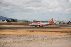 Faro Portugal - Juli, 2018: Trafikflygplanet från den lätta strålen tar av från Faro den internationella flygplatsen FAO under da fotografering för bildbyråer