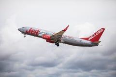Faro Portugal - Juli, 2018: Trafikflygplanet från Jet2 tar av från Faro den internationella flygplatsen FAO under dag arkivfoto