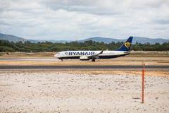 Faro Portugal - Juli, 2018: Trafikflygplanet från Ryanair tar av från Faro den internationella flygplatsen FAO under dag royaltyfri fotografi
