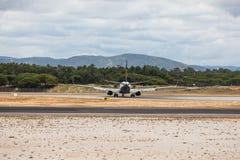Faro Portugal - Juli, 2018: Trafikflygplanet från Ryanair tar av från Faro den internationella flygplatsen FAO under dag fotografering för bildbyråer