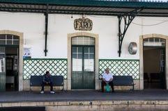 FARO PORTUGAL - JUNI 1, 2017: Waitinginframdel för två man av Faro t arkivbilder