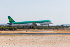 FARO, PORTUGAL - Juny 18, 2017: Aer Lingus-Flugflugzeuglandung auf internationalem Flughafen Faros Stockbild